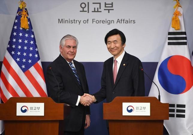 3月17日、ティラーソン米国務長官(写真左)は、北朝鮮に対する戦略的忍耐の政策は終わったと述べ、北朝鮮の脅威が高まれば軍事行動も選択肢になるとの見解を明らかにした。ソウルで撮影。写真右は韓国の尹炳世外相(2017年 ロイター/JUNG Yeon-Je)