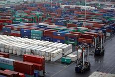 La zone euro a enregistré en janvier un déficit commercial pour la première fois en trois ans, les importations ayant davantage augmenté que les exportations. /Photo prise le 14 mars 2017/REUTERS/Benoit Tessier