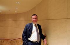 Замминистра финансов Алексей Моисеев позирует фотографу Рейтер в Пекине 14 апреля 2016 года. Долгожданный законопроект, который введет в российское правовое поле понятиесиндицированного кредита, может быть доработан правительством и внесен в Государственную думу весной, сказал замминистра финансов Алексей Моисеев. REUTERS/Shu Zhang