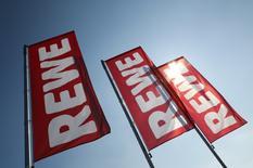 Lionel Souque prendra la présidence du directoire de REWE le 1er juillet, a annoncé vendredi le distributeur allemand, une prise de fonction qui était initialement prévue au 1er janvier 2019. L'actuel président du directoire, le Français Alain Caparros, avait demandé à quitter son poste le 30 juin, bien que son contrat court jusqu'à la fin 2018. /Photo d'archives/REUTERS/Kai Pfaffenbach