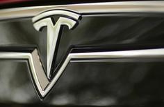 Tesla a annoncé vendredi avoir levé environ 1,2 milliard de dollars, soit pratiquement 20% de plus que prévu, via une émission d'actions ordinaires et d'obligations convertibles, avant le lancement stratégique de son Model 3. /Photo d'archives/REUTERS/Robert Galbraith