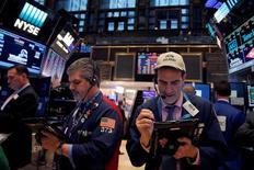 Трейдеры на Уолл-стрит. Фондовые рынки США немного снижаются в пятницу, так как сектор здравоохранения просел под давлением акций Amgen, нивелировав рост технологического сектора. REUTERS/Andrew Kelly