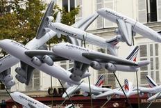 La Commission européenne (CE) a annoncé vendredi qu'elle avait à nouveau validé sa décision de mettre à l'amende 11 compagnies aériennes, dont Air France-KLM, pour entente illicite sur les prix du fret, décision qui avait été invalidée en décembre 2015 par le Tribunal de l'UE pour vice de forme. /Photo d'archives/REUTERS/Charles Platiau