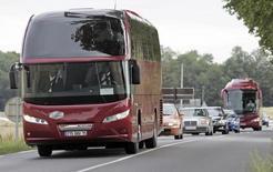Un total de 6,2 millions de personnes ont voyagé en autocar en 2016 en France et près de sept millions depuis l'ouverture de ce marché à l'été 2015 dans le cadre de la loi Macron, selon un bilan publié vendredi par l'Arafer, l'Autorité de régulation des transports ferroviaires et routiers. /Photo d'archives/REUTERS/Jean-Paul Pelissier