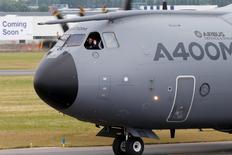 L'armée allemande envisage d'utiliser 13 Airbus A400M pour ses propres besoins, selon une lettre du secrétaire à la Défense adressée vendredi aux députés, qui indique que le ministère de la Défense n'a pas trouvé d'acquéreurs pour ces avions de transport militaire d'Airbus. Cette opération signifierait des coûts budgétaires supplémentaires dans les années à venir. /Photo d'archives/REUTERS/Pascal Rossignol