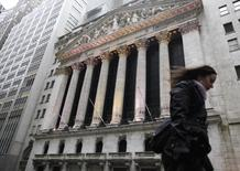 """La Bourse de New York a accusé une baisse infime vendredi, l'effet de la bonne tenue des valeurs liées aux services aux collectivités (les """"utilities""""). L'indice Dow Jones a cédé 0,1%, soit 19,93 points, à 20.914,62. /Photo d'archives/REUTERS/Brendan McDermid"""