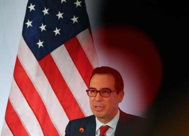 3月18日、20カ国・地域(G20)財務相・中央銀行総裁会議は2日間にわたる会合を終了、声明ではこれまで長らく言及してきた反保護貿易主義の部分を削除した。写真は会見するムニューシン米財務長官(2017年 ロイター/Kai Pfaffenbach)