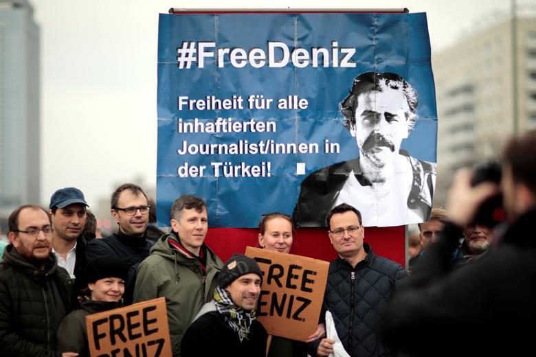 Protestors demonstrate, calling for the freedom of German-Turkish journalist Deniz Yucel, in the streets of Berlin, Germany, February 19, 2017.  REUTERS/Axel Schmidt