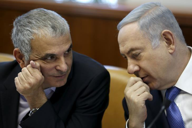 FILE PHOTO: Israeli Prime Minister Benjamin Netanyahu (R) speaks with Finance Minister Moshe Kahlon during the weekly cabinet meeting in Jerusalem January 31, 2016. REUTERS/Amir Cohen/File Photo