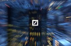 Deutsche Bank a annoncé dimanche l'émission de 687,5 millions d'actions nouvelles dans le cadre de son augmentation de capital de huit milliards d'euros dont la période de souscription s'ouvrira mardi pour une durée de deux semaines. /Photo prise le 31 janvier 2017/REUTERS/Kai Pfaffenbach