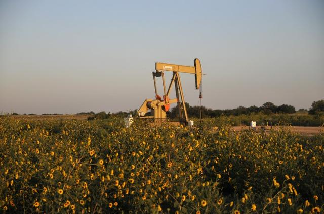 A pump jack operates at a well site leased by Devon Energy Production Company near Guthrie, Oklahoma September 15, 2015.    REUTERS/Nick Oxford