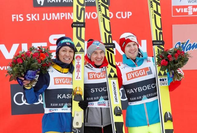 3月19日、ノルディックスキーのワールドカップ(W杯)ジャンプ男子は、ノルウェーのビケルスンでフライングヒルによる個人第24戦(ヒルサイズ=HS225メートル)を行い、葛西紀明(左)は2位に入り、自身が持つW杯の最年長表彰台記録を44歳9カ月に更新した(2017年 ロイター/NTB Scanpix/Terje Bendiksby)