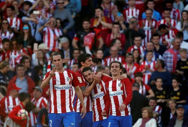 3月19日、サッカーのスペイン1部は各地で試合を行い、アトレチコ・マドリード─セビリアは3─1でアトレチコが勝利した。写真はゴールを喜ぶアトレチコの選手たち(2017年 ロイター/Susana Vera)