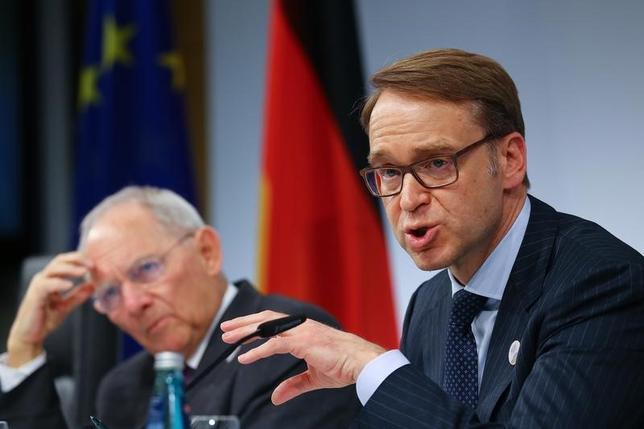 3月18日、閉幕したG20財務相・中央銀行総裁会議で保護主義への反対と自由貿易への支持で合意できなかったことについて、エコノミストはドイツなど輸出の比重の大きい国に成長へのリスクとなりかねないと警告した。写真はドイツ連銀のバイトマン総裁(写真右)とショイブレ独財務相(左)、18日撮影(2017年 ロイター/Kai Pfaffenbach)