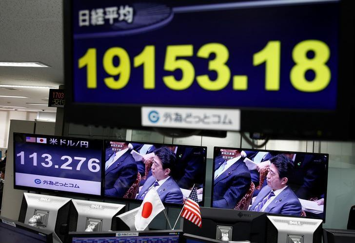 A TV monitor showing Japanese Prime Minister Shinzo Abe is seen next to monitors showing the Japanese yen's exchange rate against the U.S. dollar (L) and Nikkei average at a foreign exchange trading company in Tokyo, Japan, February 1, 2017.  REUTERS/Kim Kyung-Hoon