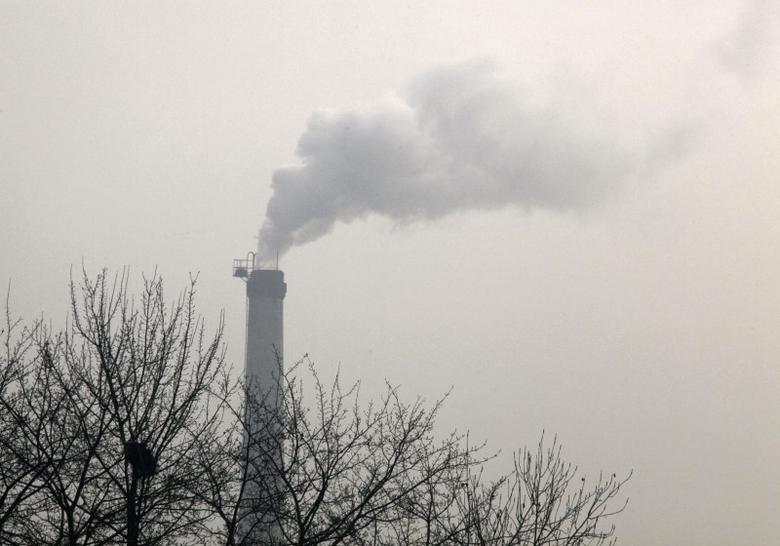 A chimney emits smoke in Beijing November 30, 2009.    REUTERS/David Gray