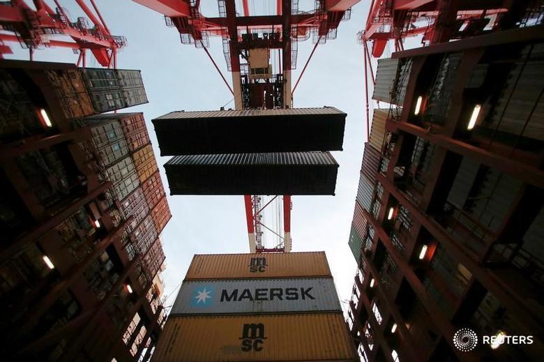 资料图片:2016年9月,上海洋山港口集装箱码头,图为从货轮上卸载集装箱。REUTERS/Aly Song