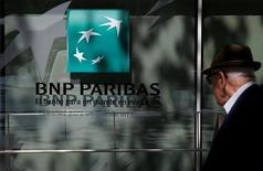 Мужчина у отделения банка BNP Paribas в Мадриде. 7 июня 2016 года. Крупнейший банк Франции BNP Paribas сообщил в понедельник, что планирует расширить свою инвестиционно-банковскую деятельность в Европе для повышения рентабельности в рамках стратегии, направленной на то, чтобы компенсировать снижение поступлений от розничного бизнеса внутри страны. REUTERS/Juan Medina
