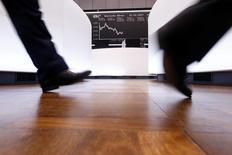 Les principales Bourses européennes évoluent en baisse modérée à mi-séance lundi et Wall Street est attendue en léger repli à l'ouverture. À Paris, l'indice CAC 40 cède 0,31% vers 11h35 GMT. Au même moment à Francfort, le Dax perd 0,3% et à Londres, le FTSE recule de 0,2%. /Photo prise le 15 février 2017/REUTERS/Ralph Orlowski