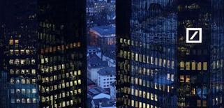 El gigante alemán Deutsche Bank, que busca levantar 8.000 millones de euros de sus accionistas, estimó el lunes que los ingresos del grupo se mantendrán estables en 2017 tras anunciar un fuerte inicio del año en el mercado de bonos. Imagen de archivo de la sede del banco tomada el 31 de enero de 2017. REUTERS/Kai Pfaffenbach/File Photo