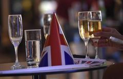 Les ventes de champagne ont baissé en volume l'an dernier à cause de la morosité du marché français et de la dépréciation de la livre sterling liée au Brexit. /Photo d'archives/REUTERS/Toby Melville