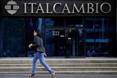 A woman walks past a branch of Italcambio currency exchange in Caracas, Venezuela February 14, 2017.  REUTERS/Marco Bello