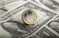 Comme d'autres grandes banques avant elle, Citi a abandonné sa prévision d'une baisse de l'euro qui le ramènerait à la parité avec le dollar mais la monnaie unique européenne reste vulnérable au risque politique en Europe. /Photo d'archives/REUTERS/Kacper Pempel