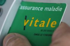 Les dépenses du régime général d'assurance maladie ont augmenté de 1,3% le mois dernier en France par rapport au mois de février 2016, ralentissant leur progression par rapport à janvier (+3,8%), selon les données corrigées des variations saisonnières et des jours ouvrés (CVS-CJO) publiées lundi par la Cnamts. /Photo d'archives/REUTERS/Régis Duvignau