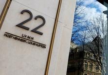 LVMH a annoncé lundi l'acquisition d'une participation majoritaire dans le parfumeur de luxe français Maison Francis Kurkdjian. /Photo d'archives/REUTERS/Jacky Naegelen