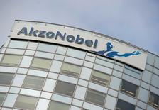 Quatre provinces des Pays-Bas ont dit lundi s'opposer au rachat du spécialiste des peintures et des revêtements Akzo Nobel, en raison des pertes d'emplois éventuelles qu'il pourrait entraîner. /Photo d'archives/REUTERS/Robin van Lonkhuijsen