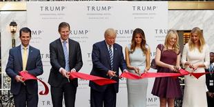 Donald Trump (al centro) inaugura junto a su esposa y algunos de sus hijos uno de sus hoteles en Washington. 26 de octubre de 2016.  Si bien la fortuna política de Donald Trump está aumentando su patrimonio neto cayó a unos 3.500 millones de dólares, aproximadamente un tercio de lo que dijo tener durante su exitosa campaña a la presidencia de Estados Unidos, según la última lista de Forbes de multimillonarios del mundo. REUTERS/Gary Cameron