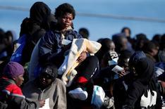 مهاجرون أفارقة لدى وصول سفينة تقلهم إلى ميناء اوجوستا في صقلية يوم الاثنين. تصوير: انطونيو بارينيلو - رويترز.