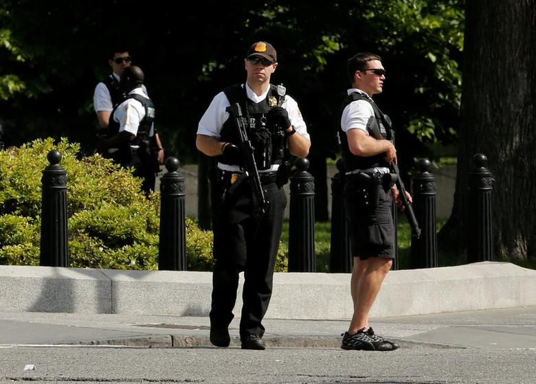 FILE PHOTO: Secret Service agents stand guard after a shooting incident near the White House in Washington DC, U.S. May 20, 2016.   REUTERS/Jonathan Ernst/File Photo