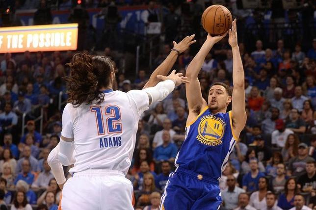 3月20日、NBAのウォリアーズはサンダーに111─95で快勝した。クレイ・トンプソン(右)が34得点(2017年 ロイター/Mark D. Smith-USA TODAYSports)