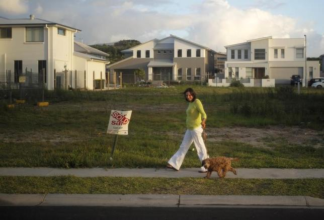 3月21日、オーストラリア準備銀行(中央銀行)は21日、3月の理事会の議事要旨を公表した。この中で、過熱する国内住宅市場のリスクの高まりを指摘し、金融政策を一段と緩和する可能性が低いことを強調した。写真はシドニーの新規開拓された郊外の住宅地。2015年2月撮影(2017年 ロイター/ Jason Reed)