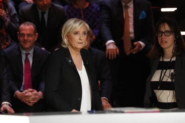 3月20日、4月下旬から5月初旬にかけて大統領選挙が実施されるフランスで、候補者によるテレビ討論会が開催された。極右政党・国民戦線(FN)のルペン党首(写真)が自身のユーロ離脱論を擁護するのに対し、対立候補が反論・批判を展開した(2017年 ロイター/Patrick Kovarik)