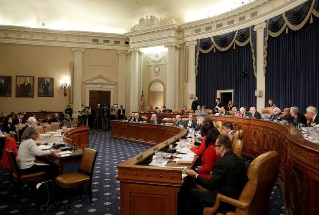 3月20日、米議会共和党は、医療保険制度改革(オバマケア)改廃法案を巡り一連の修正案を策定した。法案に反対する向きを説得するのが狙い。写真は改革法案起草に集まる下院歳入委員会で、8日撮影(2017年 ロイター/Joshua Roberts)