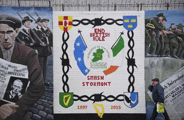 3月15日、英国の北アイルランド議会選でアイルランドとの統一を求める「ナショナリスト」を代表するシン・フェイン党の勢力が強まった上、スコットランドでは英国独立を問う住民投票の再実施が叫ばれている。写真は、英国支配の終わりを訴える壁画。ベルファストで2月撮影(2017年 ロイター/Toby Melville)