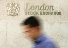 Les principales Bourses européennes ont ouvert en hausse mardi, tirées entre autres par les valeurs bancaires, au lendemain du premier débat entre les cinq principaux candidats à la présidence française, qui semble avoir rassuré les investisseurs. /Photo d'archives/REUTERS/Luke MacGregor