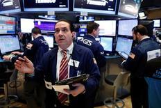 Трейдеры на Уолл-стрит. Акции США снизились во вторник, изменив динамику под давлением падения банковского сектора.  REUTERS/Lucas Jackson