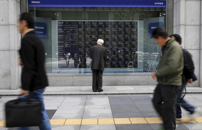 3月22日、寄り付きの東京株式市場で、日経平均株価は前日比309円26銭安の1万9146円62銭となり、大幅続落して始まった。写真は都内の株価ボード、2016年4月撮影(2017年 ロイター/Toru Hanai)
