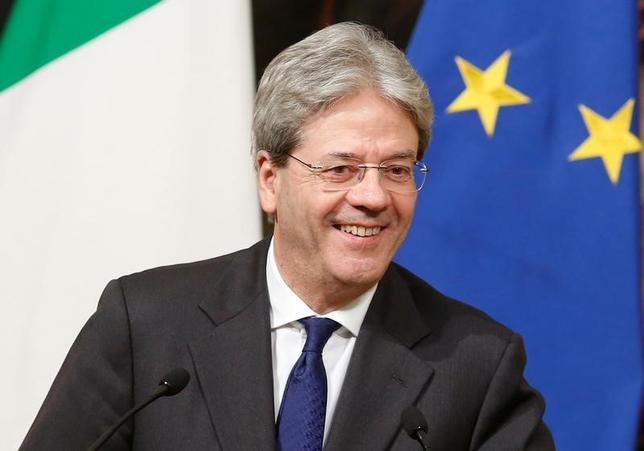 3月21日、イタリアのジェンティローニ首相(写真)は、同国を訪問した安倍晋三首相との会談終了後の共同会見で、5月に同国で開催される主要7カ国(G7)首脳会議では自由貿易を志向する強いメッセージを発したいとの考えを示した。ローマで21日撮影(2017年 ロイター/Remo Casilli)