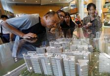 FILE PHOTO- Potential buyers look at models of a new public housing estate to be constructed in Singapore February 13, 2017. REUTERS/Edgar Su/File Photos