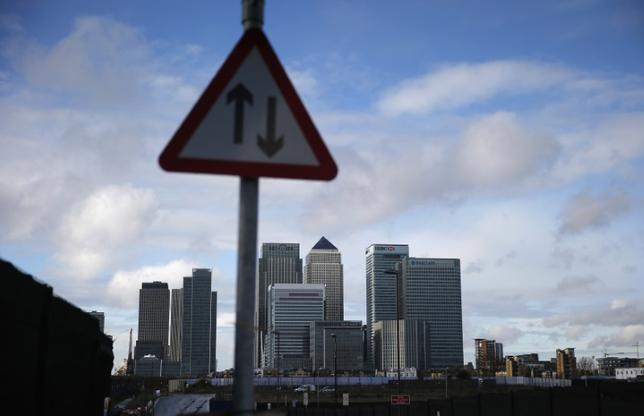3月21日、英国の欧州連合(EU)離脱後にロンドンからユーロ圏に拠点を移す銀行が規制当局による審査を免除される見通しであることが、当局者2人の話で分かった。写真はロンドンの金融地区。2014年11月撮影(2017年 ロイター/Suzanne Plunkett)