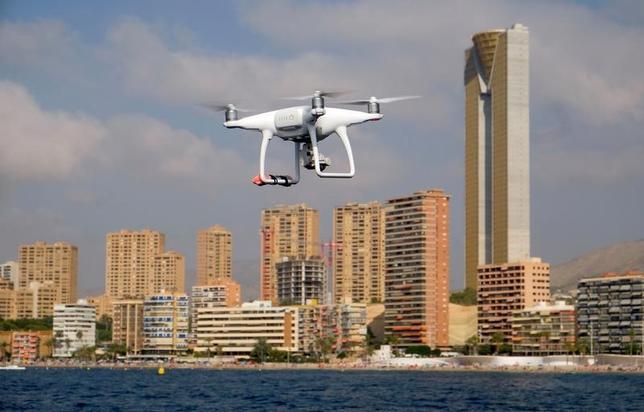 3月22日、米連邦航空局(FAA)は、今後5年間に米国内のドローン(無人機)の数が劇的に増えるとの見通しを示した。写真は警察が監視目的で使用するカメラ搭載型ドローン。スペインの地中海沿岸リゾート都市ベニドルムで昨年8月撮影(2017年 ロイター/Heino Kalis)