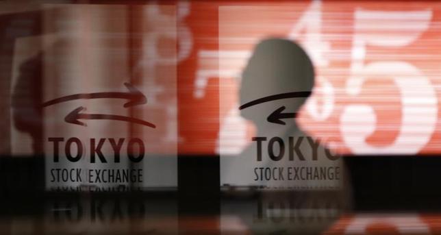 3月22日、東京株式市場で日経平均は大幅続落。米大統領選後の「トランプ相場」で下げ幅は最大となった。米政権の政策実現性に対する不透明感から前日の米国株が急落。1ドル111円台まで円高が進行する中、リスク回避の売りが優勢となった。東京証券取引所で2013年2月撮影(2017年 ロイター/Toru Hanai)