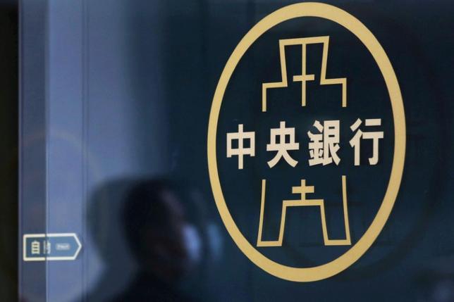 3月22日、関係筋によると、台湾中央銀行は一部のカストディアン銀行に対し、金融市場への投資資金の流入を抑制するよう要請した。この動きは、今年に入って対米ドルで約6%上昇している台湾ドルの上昇圧力緩和につながる。写真は台北で昨年3月撮影(2017年 ロイター/ Tyrone Siu )