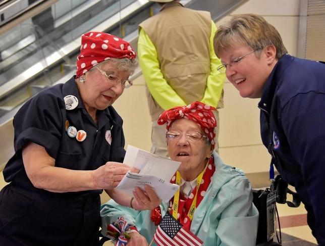 3月21日、米国で第二次大戦中に軍事工場で生産に貢献した「鋲打ちロージー(ロージー・ザ・リベッター)」を称える初の公式記念日を迎え、当時工場や造船所で活躍し、終戦70年を経た現在も生存している90代の女性11人が表彰された。写真は昨年3月撮影の元ロージーら。提供写真(2017年 ロイター/Cynthia Mitchell/U.S. Army Corps of Engineers, Baltimore District)