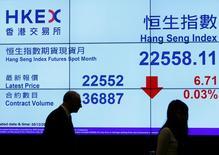 Табло, демонстрирующее динамику индекса  Hang Seng. Фондовый рынок Китая снизился в среду из-за опасений по поводу нехватки ликвидности в банковской системе страны и неопределенности в вопросе о том, сможет ли президент США Дональд Трамп своевременно получить одобрение своей экономической программы.  REUTERS/Bobby Yip