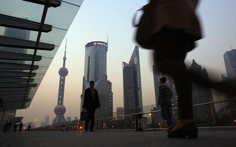资料图片:上海浦东金融区,行人经过一处空中步道。REUTERS/Carlos Barria